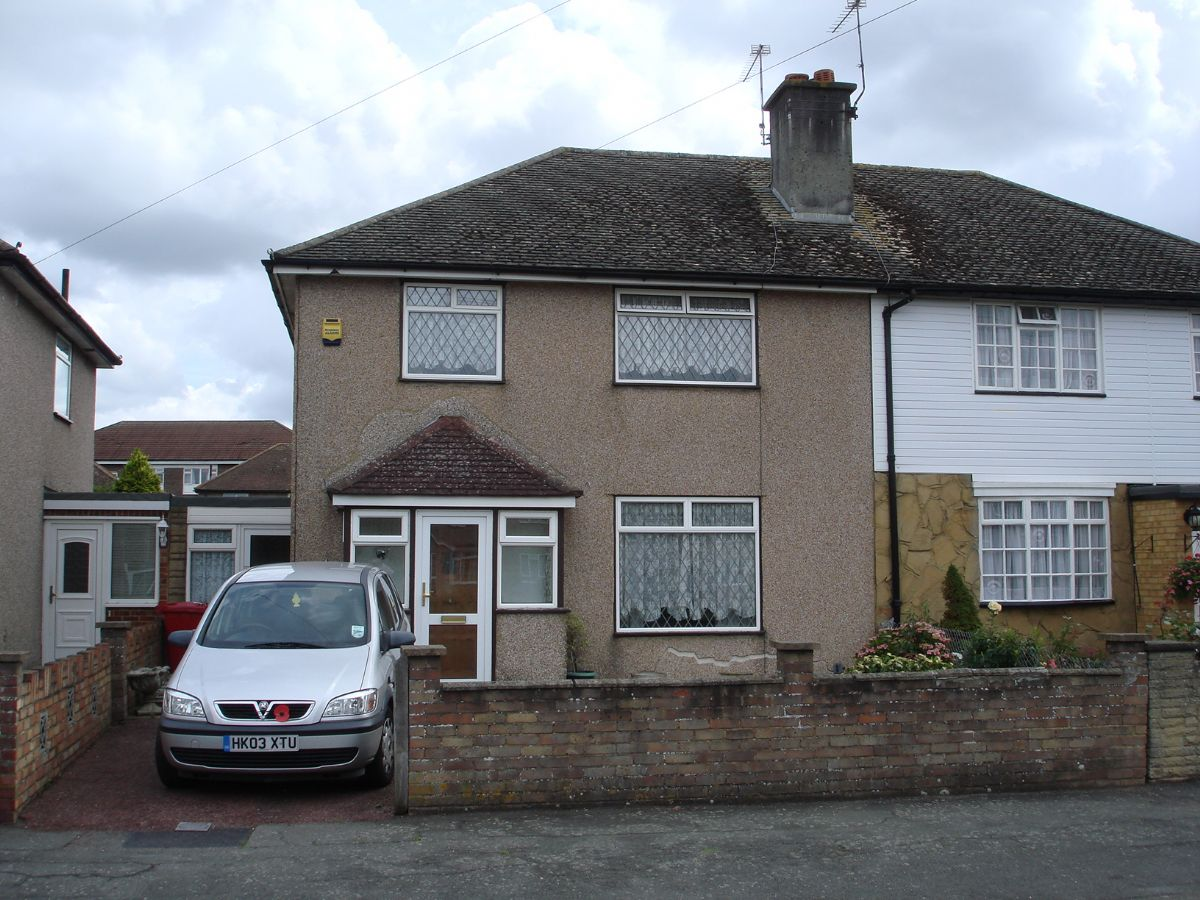 Spacious semi detached house in the cippenham area of slough with
